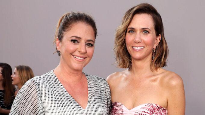 克里斯汀·韦格和安妮·玛莫罗在迪斯尼电影《灰姑娘的继姐妹》中重聚